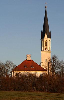 Der Turm der katholischen Pfarrkirche St. Blasius und das Pfarrhaus in Niederbergkirchen (Landkreis Mühldorf am Inn, Niederbayern). St. Blasius wurde ...