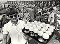 Strandpaviljoen 'Camel-Club'. Een kijkje op het terras, met de kelner Mathijs met 22 pilsen. Aangekocht in 1982 van fotograaf C. de Boer. - Negatiefnummer 20928 k 5. - Gepubliceerd in het Ha, NL-HlmNHA 54012249.JPG