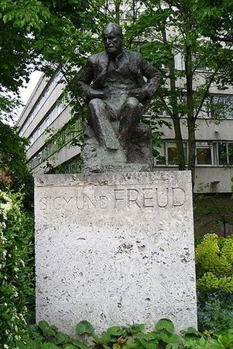Freud Museum - Statue of Sigmund Freud by Oscar Nemon, a two-minute walk from the museum at the corner of Fitzjohns Avenue and Belsize Lane