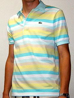 Una polo Lacoste. Un polo es una prenda de punto para el tronco que tiene  la misma forma que una camiseta o playera ... 9557c298d72d6