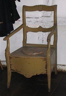 Una sedia con un'apertura nella seduta per consentire la defecazione. L'uso è stato ripreso in tempi recenti per alcuni modelli di sedia a rotelle.