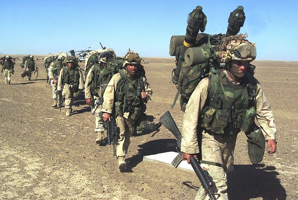 Marines estadounidenses de la 15ª Unidad Expedicionaria se dirigen a una posición segura en el sur de Afganistán después de tomar una base de operaciones avanzada talibán el 25 de noviembre de 2001.