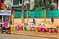Un Artisan qui recyclage et fabrication des sacs.jpg
