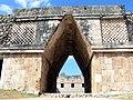 Uxmal - Quadrangulo de las Monjas - Zugang von Süden.jpg