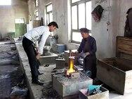 Datei:Uyghur blacksmiths - Yengisar Flickr.webm