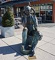 """Villach an der Stadtbrücke, """"Harlekin"""" Bronze Skulptur.jpg"""