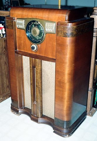 "AM broadcasting - 1938 Zenith Model 12-S vacuum-tube console radio, capable of picking up mediumwave and shortwave AM transmissions. ""All Wave"" receivers could also pick up the third AM band, longwave stations."