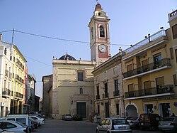 Vista de la plaza del Ayuntamiento de Alberique, Valencia, España, con la Iglesia de San Lorenzo.jpg