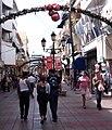 Vorweihnachtlich geschmückte Calle El Conde.jpg