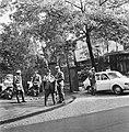 WK 74 training Uruguay in Duitsburg, politiebewaking voor hotel waar elftal log, Bestanddeelnr 927-2460.jpg