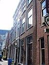 foto van Pand met brede hoge bakstenen woonhuisgevel met gesneden Lod. XIV consoles aan de kroonlijst. Eenvoudige Lod. XIV middentravee. Hardstenen stoep met twee palen. Gesmede hekjes voor de ramen