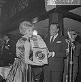 Willeke Alberti kreeg eerste gouden plaat uit handen van Phonogram directeur Jac, Bestanddeelnr 916-1247.jpg