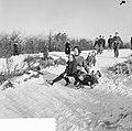 Witte kerst, sleetje rijden op het kopje van Bloemendaal, Bestanddeelnr 917-2752.jpg