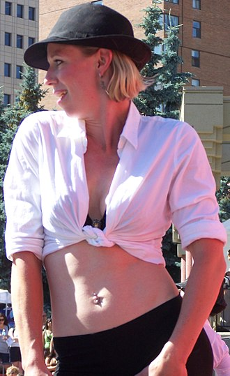 Crop top - Image: Woman with tied shirt