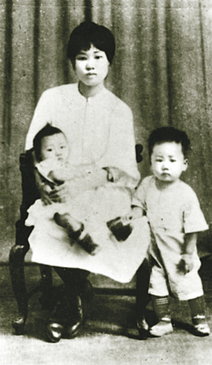 Yang Kaihui - Yang Kaihui with her children.