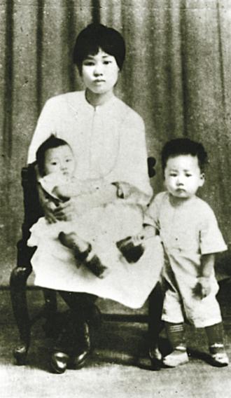 Yang Kaihui - Yang Kaihui with her children.