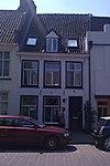 foto van Pand onder hoog zadeldak, waarin dakkapel met fronton