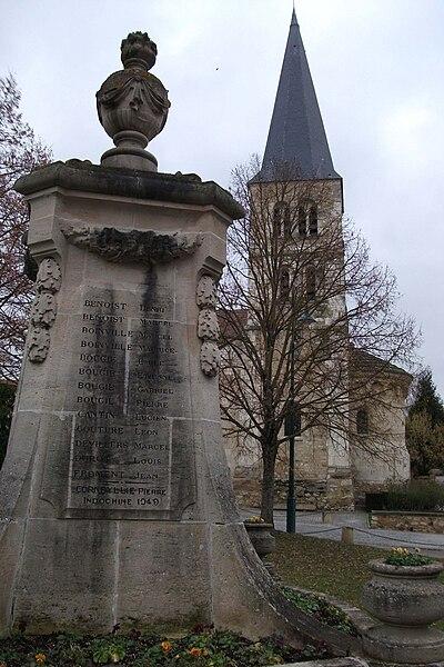 Le monument aux morts de Bezannes avec l'église en arrière plan.