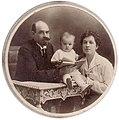 Аполлон Николаевич Кругликов (1883-1919) с семьёй.jpg