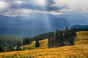 Вид з гори Кукул на полонину Озірну і Драгобрат.jpg