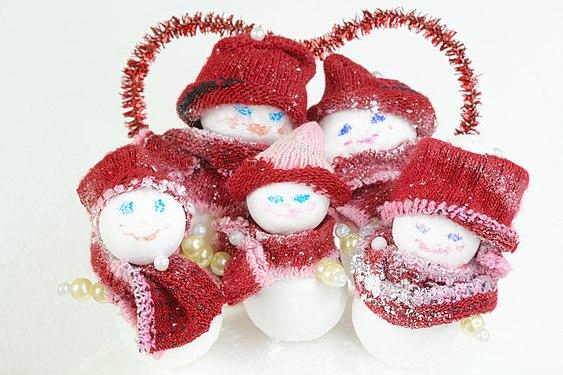 Семья игрушечных снеговиков созданная своими руками из старых вещей.jpg