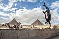 شخص يقدم عرض في منطقة الاهرامات Someone who offers a show in the Pyramids area.jpg