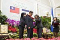 10.03 總統與宏都拉斯共和國葉南德茲總統互贈勳章 (30087181175).jpg
