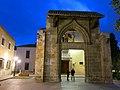 496 Portal gòtic de l'antic Hospital, davant la Biblioteca Pública de València.jpg