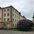 A building with lilacs in Suomenlinna.jpg