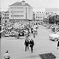 Aankomst van genodigden bij het stadhuis in Willemstad, Bestanddeelnr 252-3635.jpg