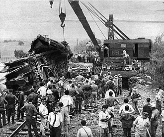 Benavidez rail disaster - Workers operating a crane to remove derailed coaches