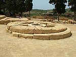 Agrigento Heiligtum der chthonischen Gottheiten Fundament.jpg