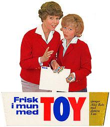 Alice Babs och Titti Sjöblom gör reklam för Toy tuggummi.jpg