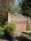 foto van Kasteel Amstenrade: muur tussen moestuin en park