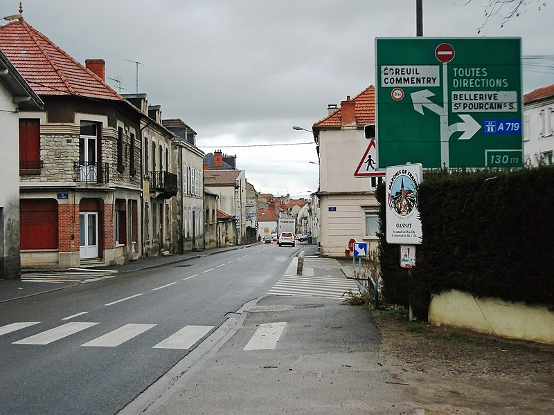 Old D42a road sign in Gannat, departmental road 2009 (former route nationale 9) [10106]