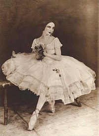 45edc8711 Anna Pávlova viste el tutú romántico en Giselle.