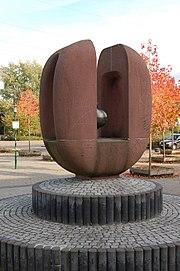 Atomspaltung Plastik vor Otto-Hahn-Gymnasium Monheim am Rhein