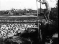 File:Auguste & Louis Lumière- Moulin à homme pour l'arrosage des rizières (1898).webm