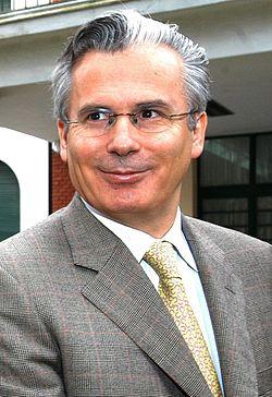 Baltasar Garzón - Visitando ESMA - Argentina - 1AGO05 -presidenciagovar recortada.jpg