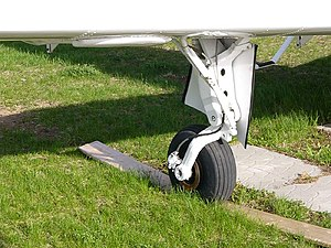 Beechcraft Musketeer - Beechcraft B24 Sierra main landing gear showing the characteristic trailing idler link landing gear