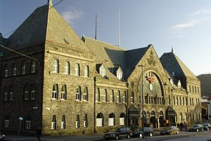 Jens Zetlitz Monrad Kielland - Image: Bergen Railway Station facade 2