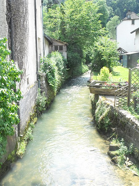 Ruisseau dans le village de Bief, Doubs, France