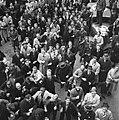 Blije menigte kijkt omhoog naar fotograaf Er wordt gestrooid, Bestanddeelnr 900-2371.jpg