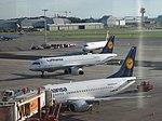 Boeing 737 D-ABEK der Lufthansa am Flughafen Hamburg 3.jpg