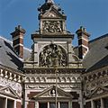 Borstbeeld van Wilhelmina in fronton, daarboven allegorische voorstelling - Utrecht - 20364871 - RCE.jpg