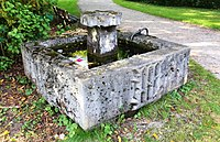 Brunnen Eingang Sadelerstr Westriedhof München.jpg