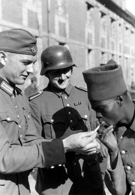 Bundesarchiv Bild 121-0417, Franz%C3%B6sischer Kriegsgefangener mit Wachtposten.jpg