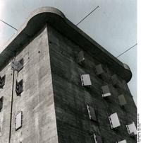 Bundesarchiv Bild 183-1992-0513-502, Berlin, Flakturm Recolored.png