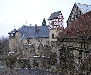 Lichtenstein Castle (Lower Franconia) - Die spätmittelalterliche Toranlage der Südburg von der Terrasse des Burggasthofes