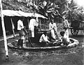 COLLECTIE TROPENMUSEUM Bedrijvigheid rond een waterput bij een woonhuis in Batavia TMnr 60019846.jpg